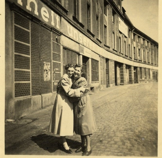 Waltraud Schiebel (r.) und eine Arbeitskollegin vor dem Gebäude der Firma Heinrich Mittag, Weinfaßstraße 1 bis 4, im Jahr 1953
