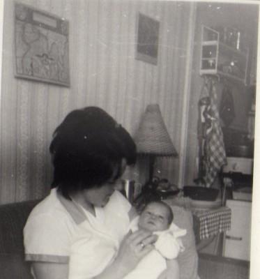 Ursula Heinrich mit ihrem Sohn. Im Hintergrund erkennt man die Kochnische in der Einraumwohnung.